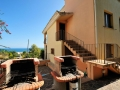 Barbecue in cortile con vista mare